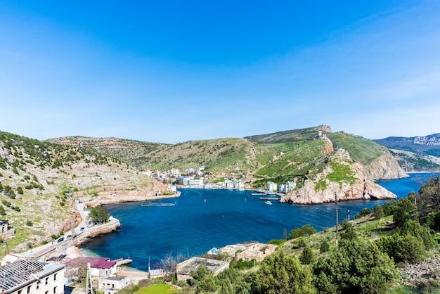 美しい澄んだ青い海、クリミア、バラクラの上の岩の崖
