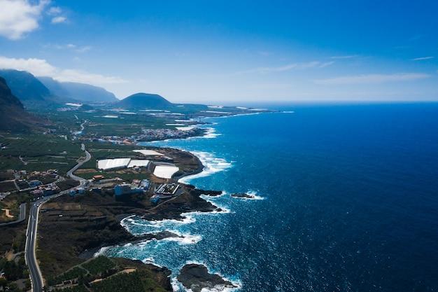 スペイン、カナリア諸島、テネリフェ島に沿った岩の崖と道路カナリア諸島のガラチコ近くの海岸の鳥瞰図