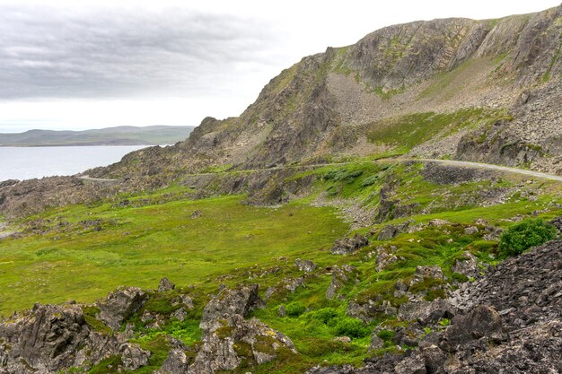 Barents sea, finnmark, norway 해안의 varanger national tourist route를 따라 바위 절벽