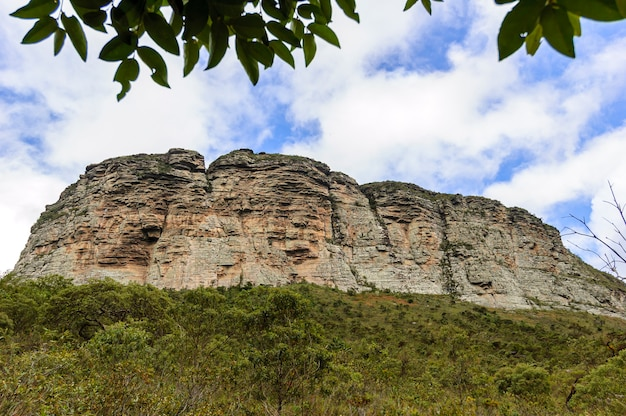 ブラジルのバイーア州チャパダディアマンティーナ国立公園の岩だらけの崖