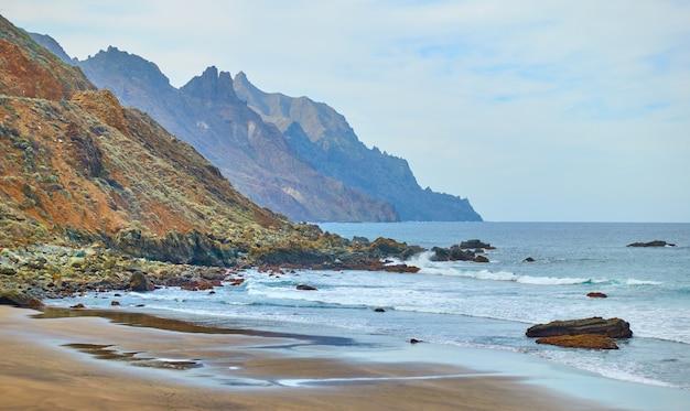 カナリア諸島、テネリフェの岩石海岸とアルマシガビーチ