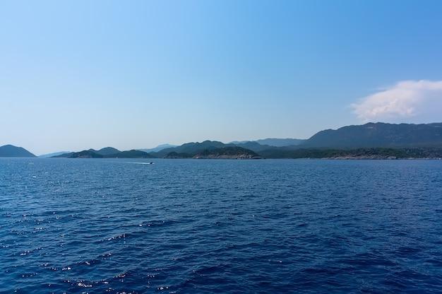 터키의 바위 해안, 푸른 바다와 하늘