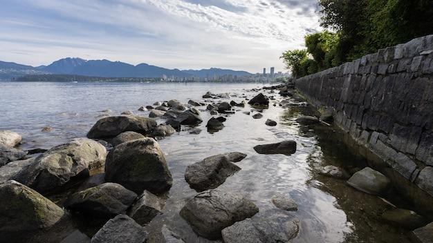 바위 벽으로 둘러싸인 바위 해안