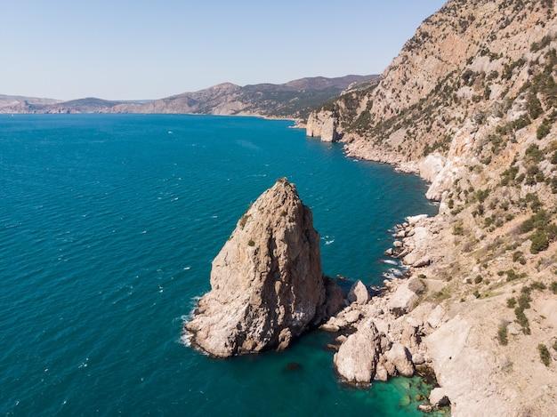 조감도에서 바라본 바위 해안은 수평선 너머로 펼쳐진 바위와 바다