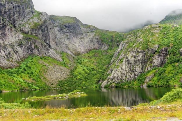 호수 hamnoyvatnet, lofoten, 노르웨이에 안개 속에서 바위 해안