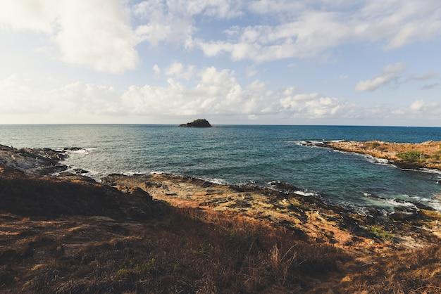 岩だらけの海岸の風景海の景色