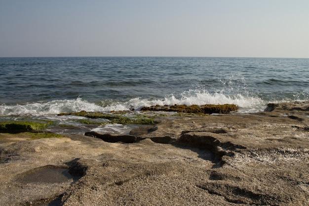 地中海の岩の多い海岸。風、波、人けのないビーチ。南の休日