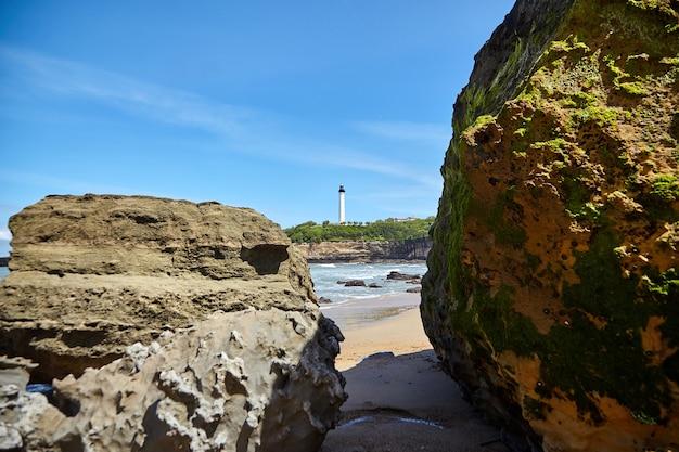 Скалистый берег океана и маяк на берегу моря биарриц франция