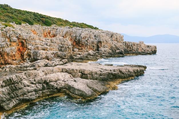 푸른 푸른 물 물 표면 텍스처와 바위 해안