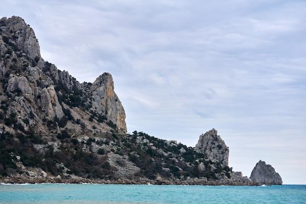 Скалистый прибрежный склон горы кош-кая (кошка) с крутыми обрывами спускается к морю.