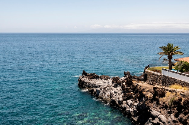 晴れた日の岩の多い海岸線