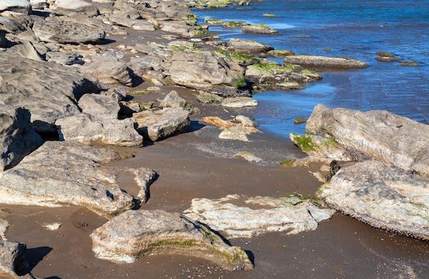南海の岩の多い海岸線