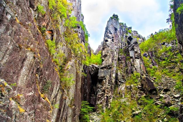 高い崖が形成する岩の多い峡谷