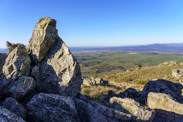 아름 다운 산의 경치와 함께 화창한 날에 일출 바위 녹색 풍경. 마드리드.