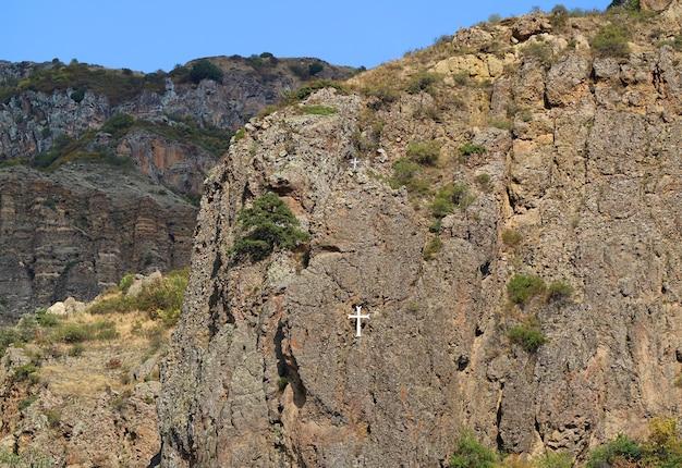 アルメニアのコタイク地方のゴット近くのゲガルド修道院から白い十字架が見える岩だらけの丘