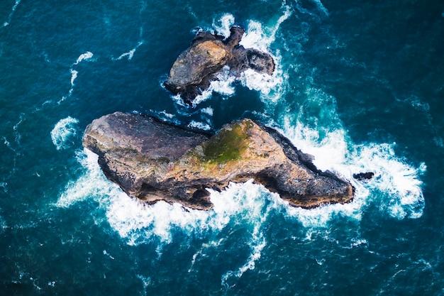 岩石岛在深蓝色的海洋中