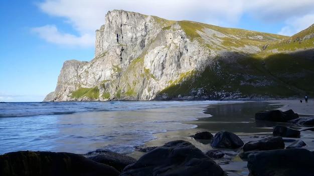 바다 구름과 태양 맑은 물 옆 바위 산