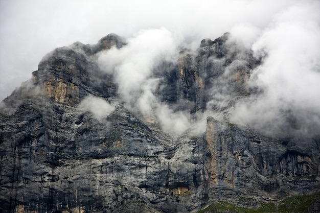 Montagna rocciosa coperta di nuvole spesse