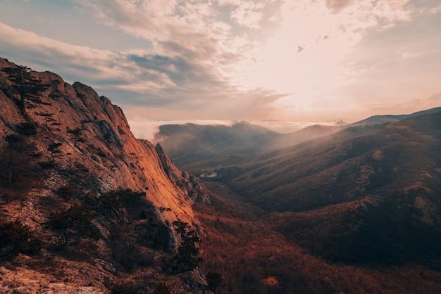 日没時の霧のロッキー山脈