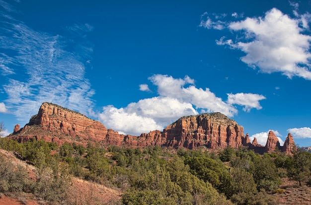Paesaggio di montagna rocciosa