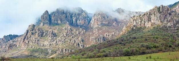 岩山の霧のパノラマ(ウクライナ、クリミア半島、デメルジ山)。3ショットのステッチ画像。