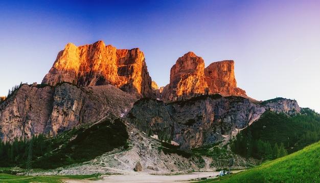 Скалистые горы на закате. доломитовые альпы италия