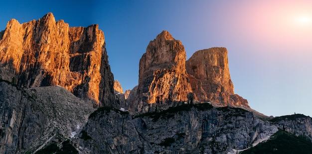 Скалистые горы на закате. доломитовые альпы, италия