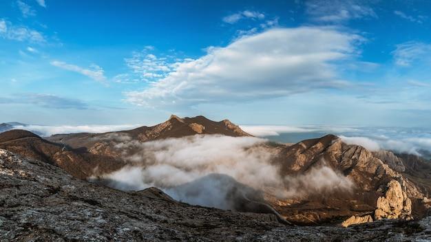 霧深い天気のロッキー山脈のパノラマ