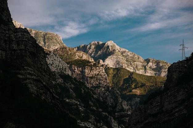 モスタル、ボスニア・ヘルツェゴビナの日光の下のロッキー山脈