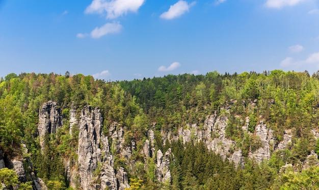 Скалистые горы с лесом, природа европы. летний туризм и путешествия, известные европейские достопримечательности, популярные места