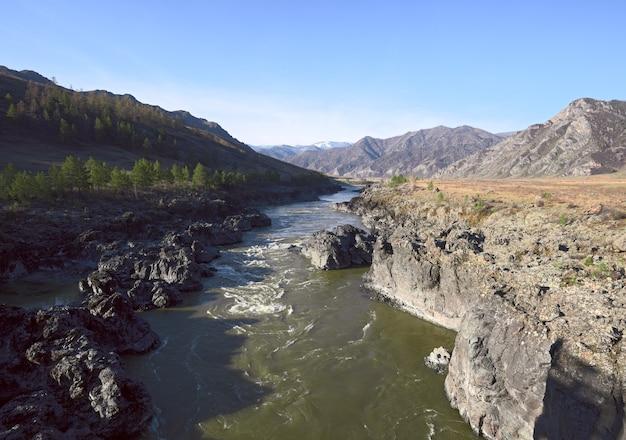 Скалистые пороги горной реки в окружении гор алтая острые скалы