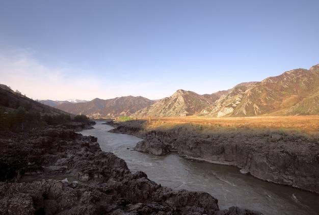 Скалистые пороги горной реки в окружении гор алтая острые камни