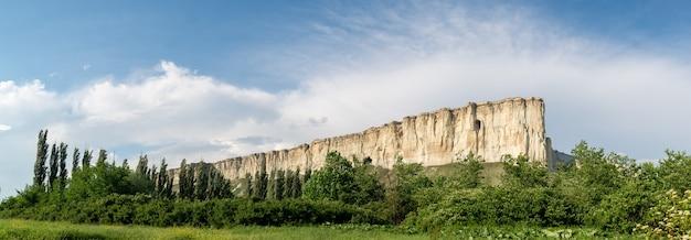 푸른 계곡의 바위 능선, 탁 트인 전망. 화이트 록, 벨로고르스크, 크림.