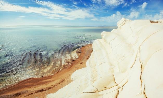Скалистое морское побережье летом. мир красоты