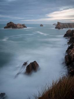 コスタケブラダ、リエンクレス、カンタブリアの岩の多い海の景色