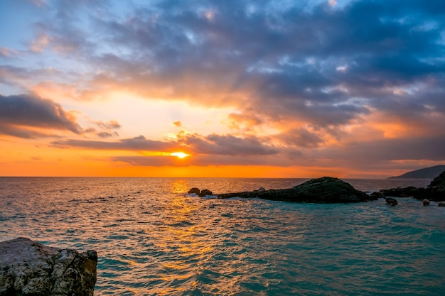 岩の多い海岸。空と太陽光線にたくさんの雲