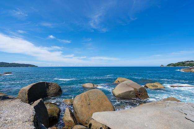아침에 구름과 맑고 푸른 하늘 아래 바위 해변 여름 화창한 날 배경 태국 푸 켓에서 아름 다운 바다입니다.
