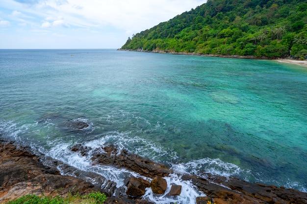 구름 바다 표면 배경으로 맑고 푸른 하늘 아래 바위 해변 아름 다운 바다와 태국 푸 켓에서 작은 섬.