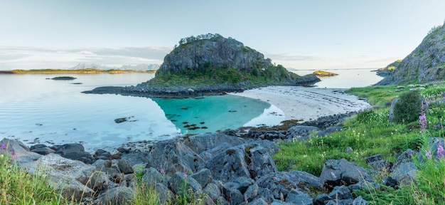Trollskarholmen 섬, arstein, lofoten, 노르웨이 근처의 바위 해안과 모래 해변