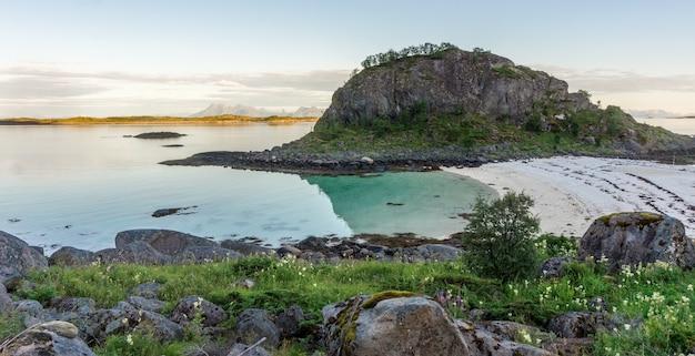 岩の多い海岸とトロルスカーホルメン島近くの砂浜、アルシュタイン、ロフォーテン、ノルウェー