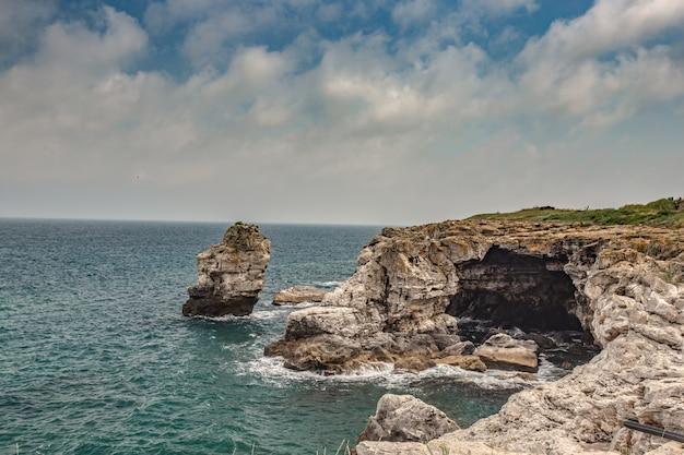 ブルガリアのtyulenovoの岩の多い海岸とアーチ