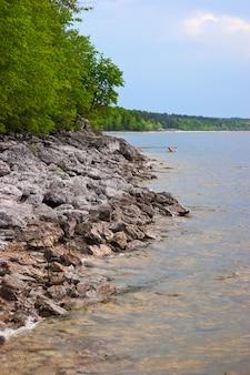 夏の川の岩の多い海岸