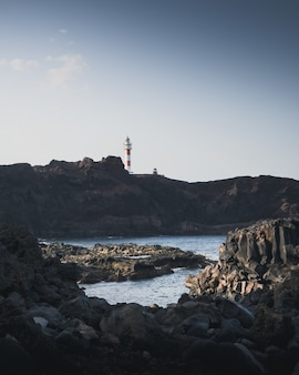 海と灯台の岩の多い海岸