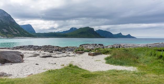 바위 해안, 청록색 물이있는 모래 사장, lofoten 군도, 노르웨이