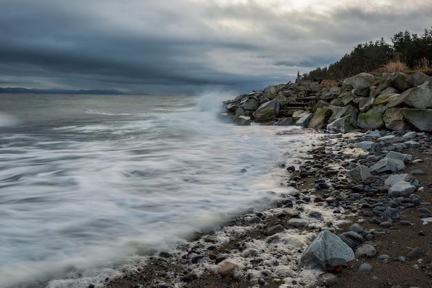 曇り空の下の岩の多い海岸