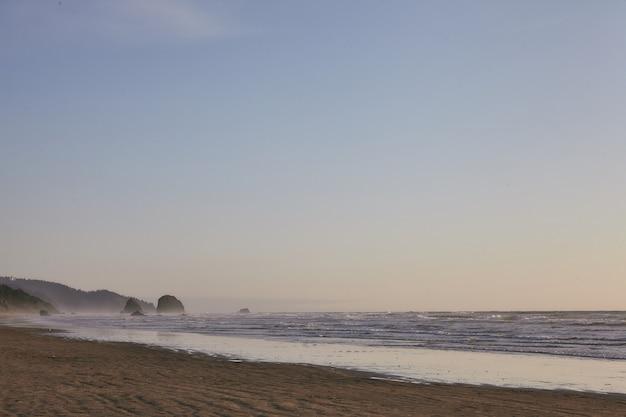 キャノンビーチ、オレゴン州、米国で太平洋の岩の多い海岸線