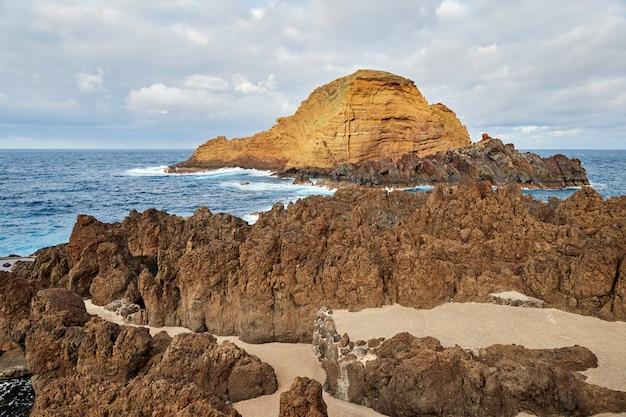 포르투갈 마데이라 근처 바위 작은 섬