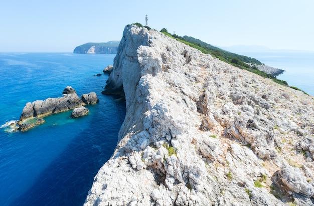 Скалистый южный мыс острова лефкас и маяк (греция, ионическое море)