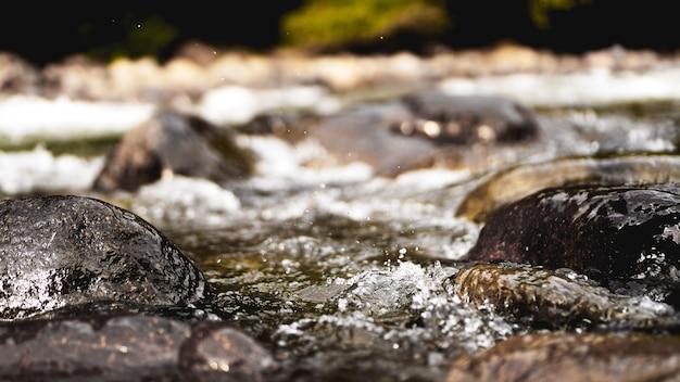 Скалистый ручей, проточная вода. камни в воде. естественный фон