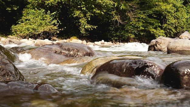 Скалистый ручей, проточная вода. камни в воде